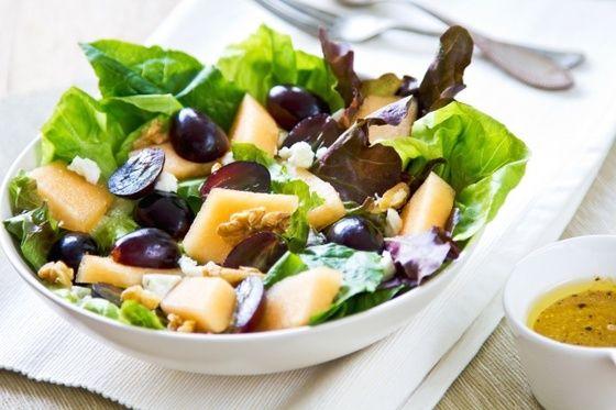 Салат из винограда, дыни и сыра фета