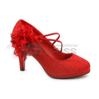 De bloem pailletten contact op met de rode bruiloft schoenen
