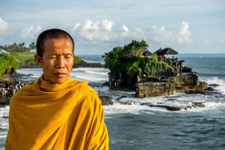Ritratto di un monaco nei pressi del fotografatissimo tempio indù di Tanah Lot, costruito su un promontorio a picco sull'Oceano Indiano di fronte alla costa meridionale di #Bali e accessibile a piedi solo con la bassa marea.
