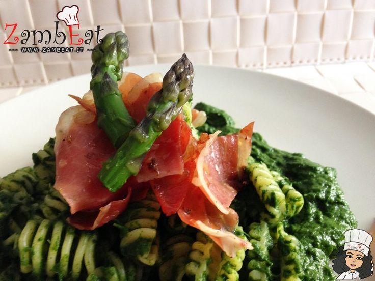 Pasta con Speck Croccante, Asparagi e Crema di Spinaci - Ricetta Illustrata