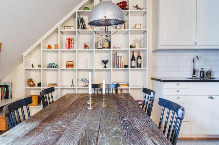 Inte så tråkigt att ha rum för både vänner och sina favoritförfattare i ett och samma kök. Vill du spana in mer av vårt Nookshem i Äppelviken? Klicka på länken i vår bio.  #nookshem #kitchen #shelf #woodentable #interiordesign #scandinavianinterior #nordicinterior #scandinavianhomes #homedeco #designdeco #design #nordicdeco #bromma #stockholm