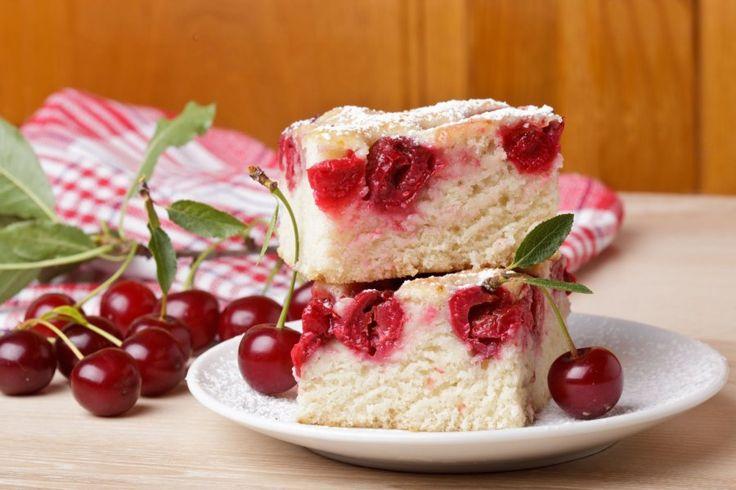 Der Kirsch-Buttermilch-Kuchen ist so lecker wie seine Zubereitung einfach: Für dieses Rezept braucht man noch nicht einmal eine Waage, sondern kann alle Zutaten in Tassen abmessen.