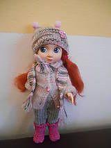 Oblečenie pre bábiku, ručne pletená a háčkovaná súpravička pre 28 cm bábiku, sada obsahuje letné a zimné oblečenie s motívom jahody + kabelka. Bábika je nepredajná....