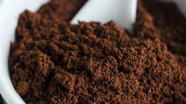 Hilft dir bei: Akne, Pickeln  Du brauchst: 1 EL Kaffee 250 ml heißes Wasser Olivenöl  Und so geht's: Koche eine Tasse Kaffee, entnehme den Kaffeesatz und lasse ihn kalt werden. Verrühre ihn...