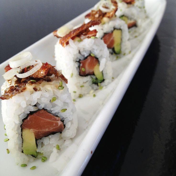 Deze Salmon Spring Sushi is heel basic gevuld met zalm en avocado, afgewerkt met heerlijke krokante zalmhuid, Japanse mayonaise, lenteui en Wasabi sesam.