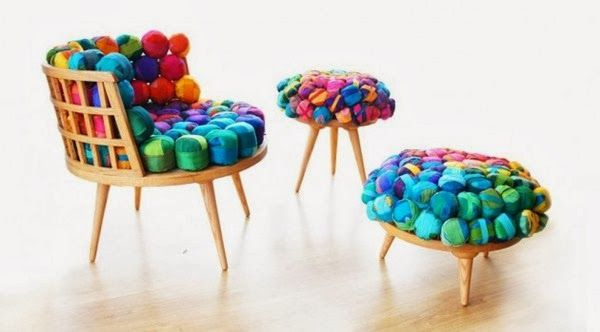 Mobiliario moderno compuesto por silla, puf y taburete con materiales reciclados.