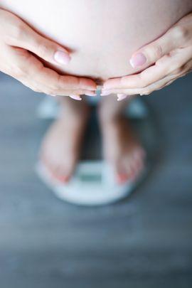 Wie viel Kilos Gewichtszunahme sind für Schwangere normal? Wie sich Ihr Gewicht in der Schwangerschaft entwicklet und was Sie bei Übergewicht tun können lesen Sie hier. © Thinkstock