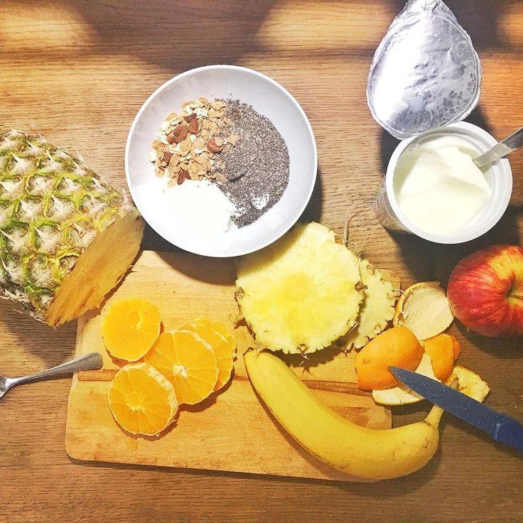 """Uwielbiam wracać z kijków i wsuwać coś takiego!!! Jeśli myślicie że spacerowanie z kijami. To """"taki se"""" wysiłek to ... się mylicie  Spróbujcie pospacerować w rytmie najszybszego kawałka Marylin Manson to zobaczycie o czym mowię   #psc #paniswojegoczasu #podwieczorem #mniammniam #spacer #nordicwalking #dieta #foodstagram #owoce #zdrowie"""