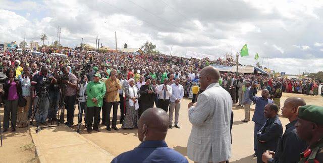 Rais John Magufuli  akizungumza na wananchi wa Mkata wakati alipokuwa njiani kuelekea mkoani  Tanga kwa ajili ya ziara ya kikazi.