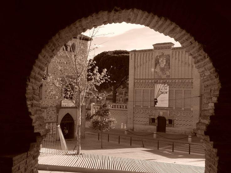 Escuela de Artes y Oficios,, con el escudo de los Reyes Católicos, desde el Arquillo de la Judería.