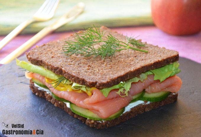 Sándwich de salmón, pepino y mostaza
