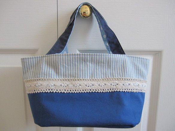 角を丸くした長方形底のランチバッグです。上部は水色×白のストライプ布、下部は紺無地とし、切り換え部にブラウンと白の落ち着いた感じのレースをあしらい...|ハンドメイド、手作り、手仕事品の通販・販売・購入ならCreema。