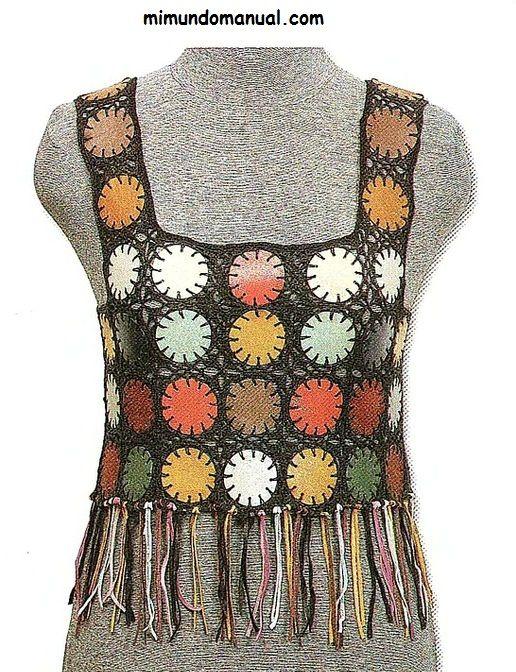 Blusa tejida con aplicaciones de cuero y crochet.