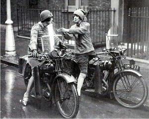 Vrouwen op de motor steken sigaret op, jaren 20.
