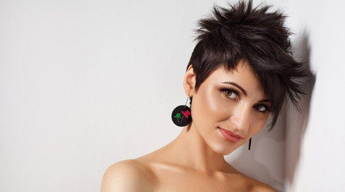A teljes megújulás legjobb módja egy új frizura. A rövid hajviseletek praktikus és fiatalos megjelenést kölcsönöznek viselőjüknek. Meríts frizura ötleteket következő galériánkból!