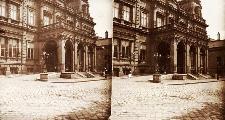 Károlyi Alajos palotája a Pollack Mihály tér (Eszterházy utca) és a Múzeum utca sarkán. A felvétel 1894-ben készült.