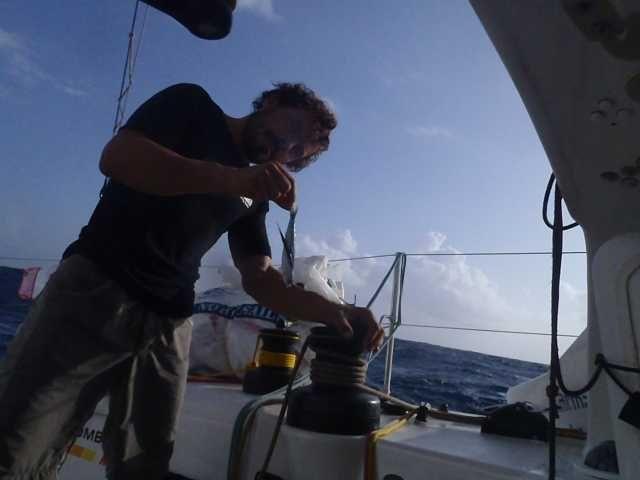 Gaetano Mura su bet1128 pronto a fare le riparazioni durante la regata transoceanica Jacques Vabre
