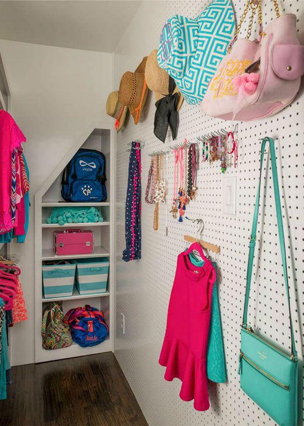 Se você não quiser usá-lo no mesmo espaço da cama, uma ótima forma de aproveitar a multifuncionalidade do pegboard é cobrir uma parede inteira do seu closet com ele. Sério, dá só uma espiada: dá para pendurar chapéus, gravatas, joias, bijuterias, bolsas e até deixar os cabides com as roupas do dia seguinte arrumadinhos.