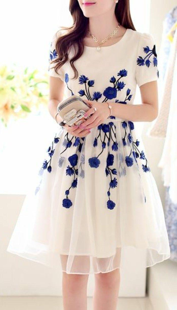effektvolles-modell-weißes-kleid-mit-dunkel-blauen-blumen