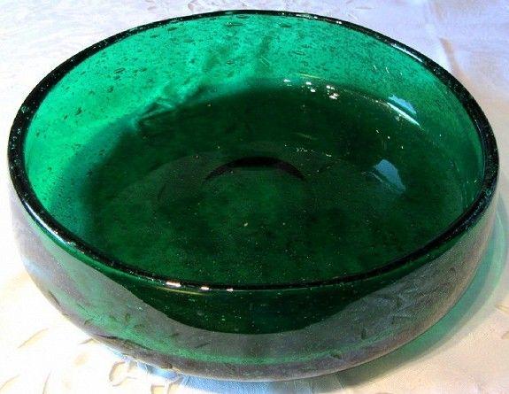 Grønn bolle, håndsignert Hadeland AJJ, Arne Jon Jutrem, D. 23.5cm., H. 6cm., kr. 350.- (litt slitasje i bunnen, se bildet)