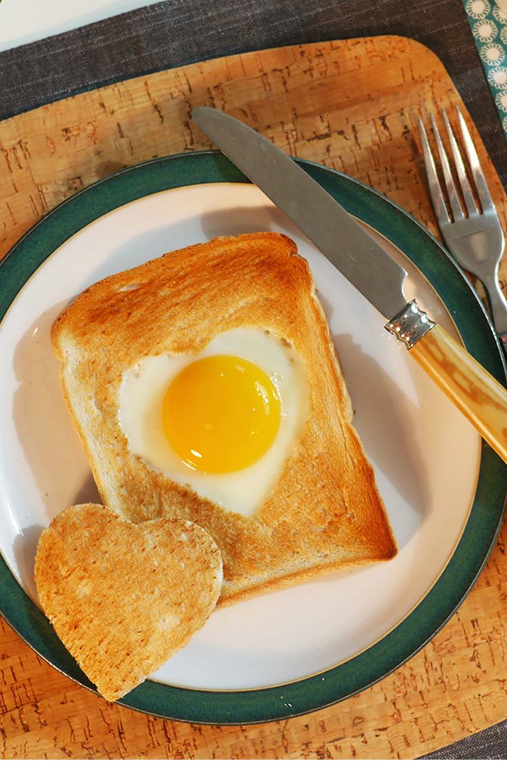 Breville® How To Make Heart Shaped Egg in Toast for breakfast http://www.turnonyourcreativity.com/recipes/heart-shaped-eggs-toast-breville-warburtons-toaster-recipe