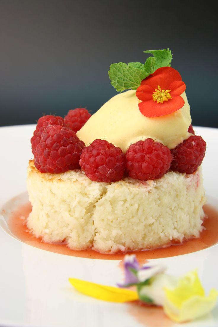 кокосовый десерт с малиной и мороженым из маракуйи \ сhef alexey grigoriev