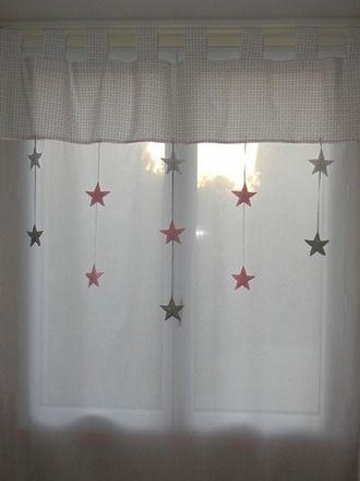 Rideaux pour chambre d'enfant, en voilage de coton blanc de bonne qualité. Les pattes et haut du rideaux sont en coton blanc étoiles grises.11 étoiles en coton étoilés sont s - 10377637