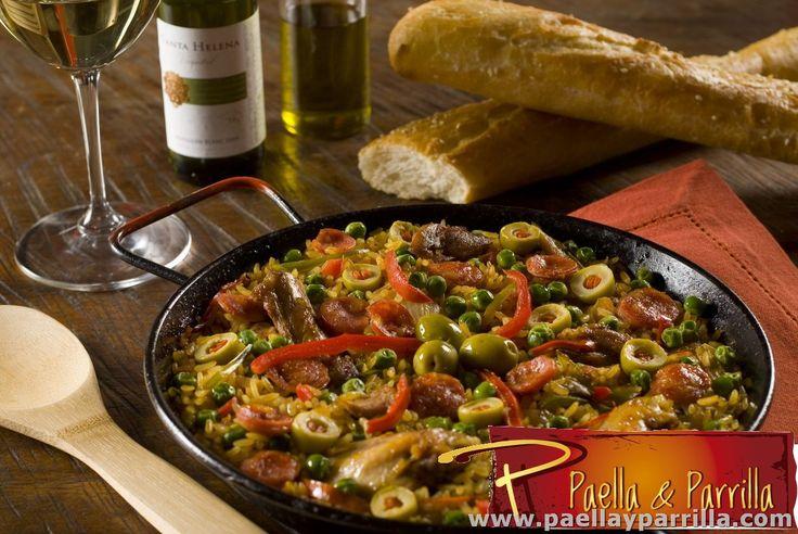 PAELLAS Paella Valenciana  Pierna, pollo, costilla, chorizo, rehogados en tomate, pimentón, cebolla, alcaparras y aceite de oliva; decorada con arvejas frescas y aceitunas. Se sirve acompañada de pan frances, limón y aceite de oliva. Porción de 410 grs