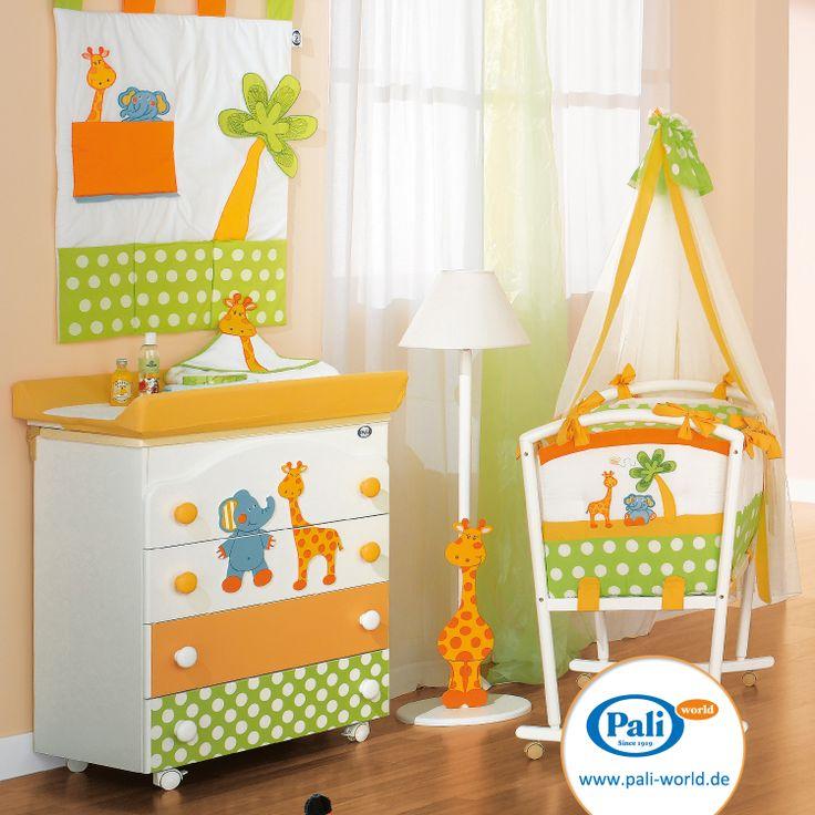 Baby Wickeltisch mit Auflage und integrierter Badewanne, Stehleuchte und komplett ausgestattete Babywiege mit Himmel von Pali, Design: Gigi & Lele