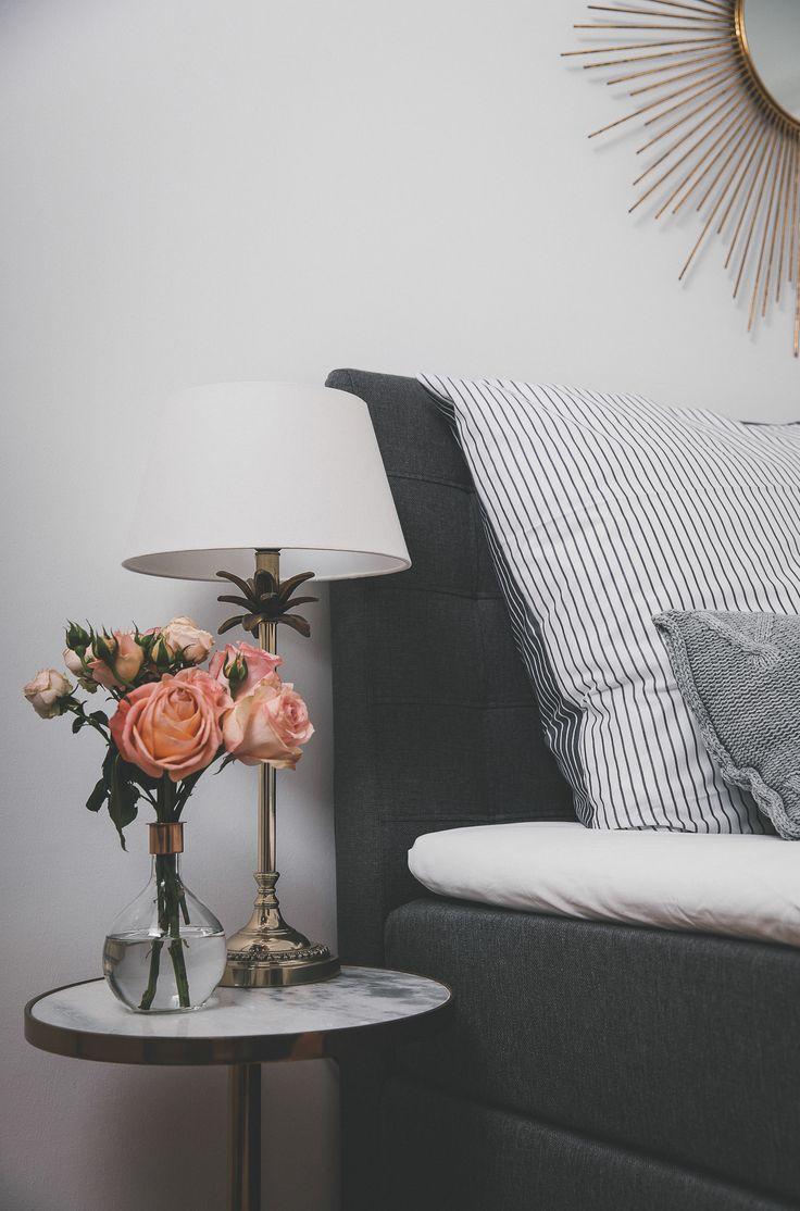 Unser Neues Schlafzimmer Mit Einem Boxspringbett, Blumen Auf Dem Nachttisch