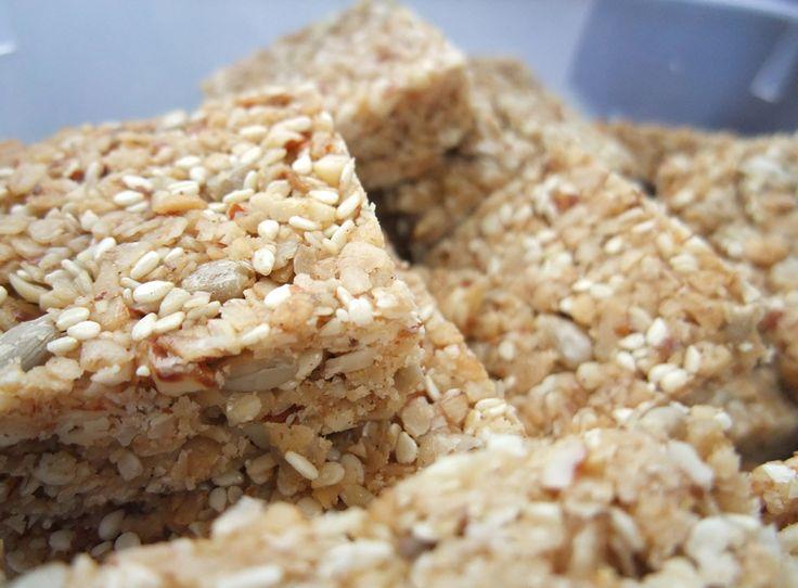 Ein Rezept für leckeres und gesundes Naschen...  Zutaten für ein Backblech (ca. 20 Stück): 4 Tassen feine Haferflocken 1 Tasse Sesam 1 Tasse Mandeln ode