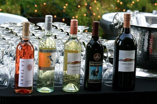 Follow these wedding alcohol tips to help guests avoid overindulgence, and deal with a guest who has had too much to drink!