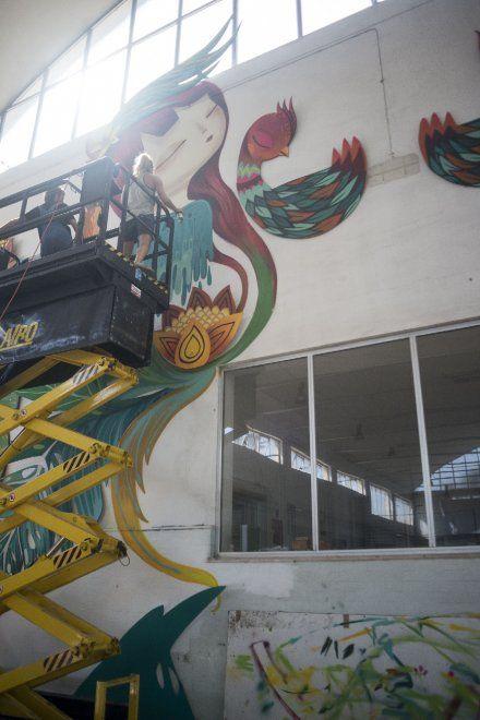 Pittura cartone e fantasia, a Pomezia il capannone diventa un'opera d'arte