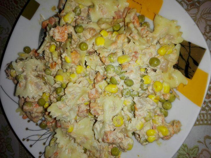Sałatka, którą zrobisz w kilka chwil. Sałatka z tuńczyka jest ekspresowa i jej składniki warto mieć w swojej kuchni. Prosta i pyszna!