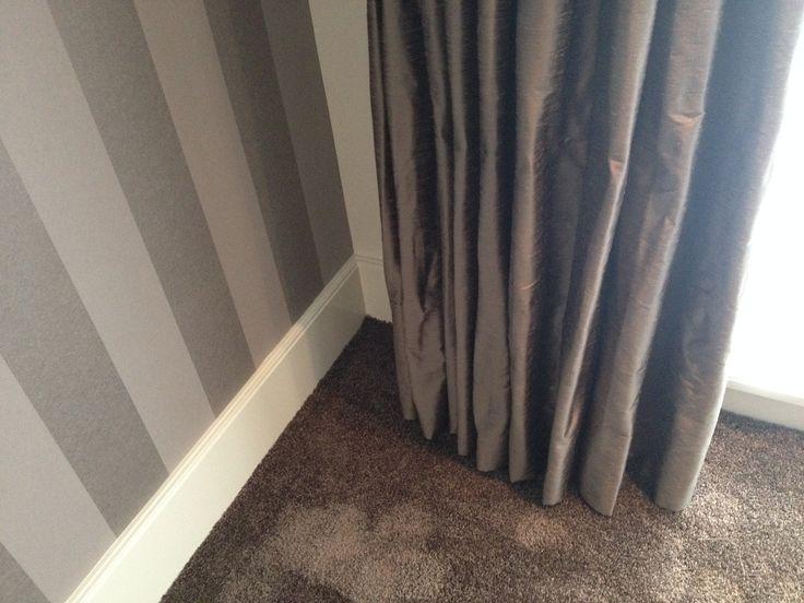 Mooie combinatie in de slaapkamer. Gordijnen kunst zijde in dezelfde tinten als de vloerbedekking.