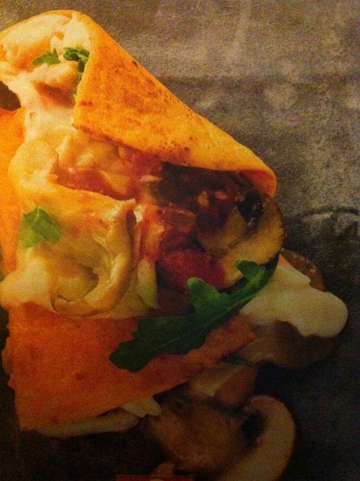 Quesadilla met gruyère, tomatensalsa, paddenstoelen en rucola Bron: AH