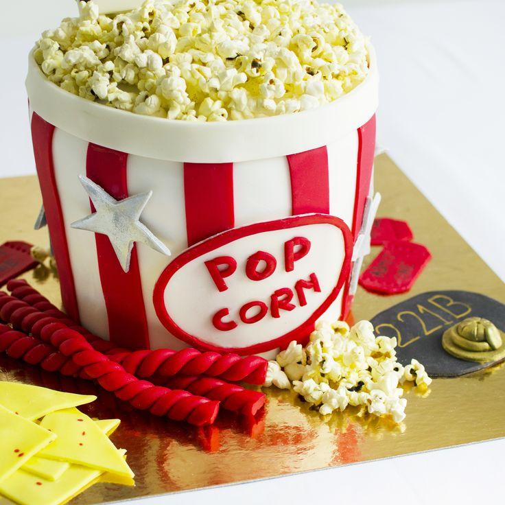 Pentru impatimitii peliculelor cinematografice, designerii nostri au gasit si o varianta dulce, un tort aniversar care poate fi consumat ca desert dupa un film bun. Cu totii am vizionat un film cel putin o data, avand in brate o cutie cu popcorn. Tu ce idei traznite ai, pentru evenimentul tau?