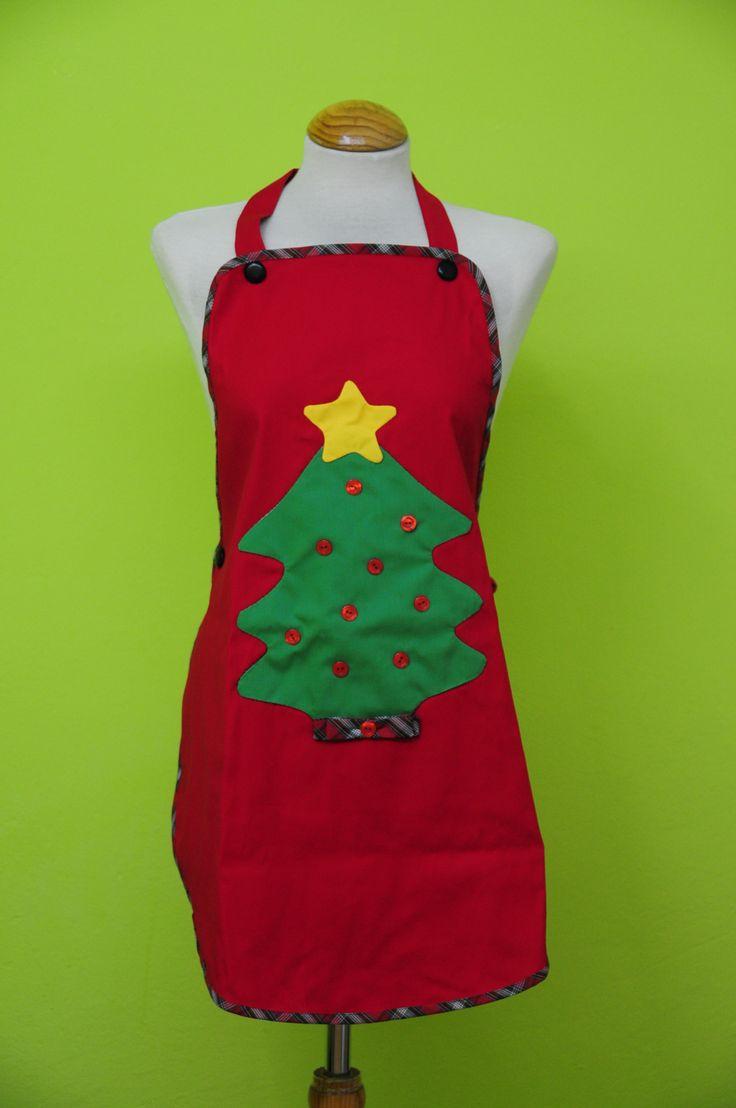 Delantal de navidad rojo con arbol de navidad decorado. De patchwork