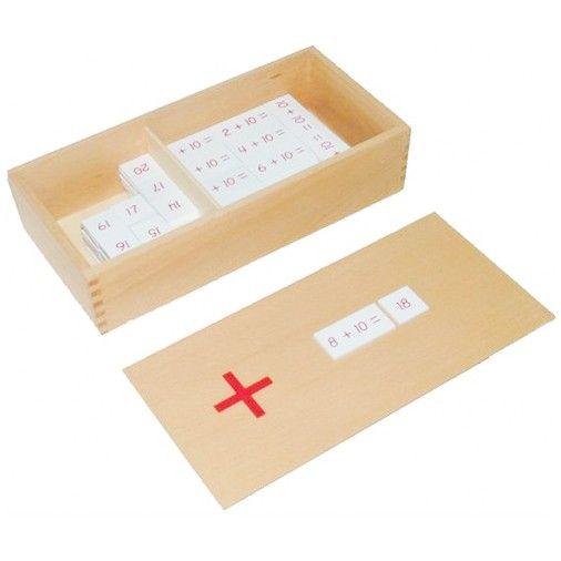 Caja de madera con ejercicios para sumar y resultados de los mismos. Incluye 2 compartimentos con sumas en uno y resultados en otro por lo que permite a los niños realizar sumas con todas las combinaciones de 1 a 10. De esta manera, este material de la metodología Montessori es perfecto para enseñar a los niños los números. Este juego matemático asegura que el proceso de abstracción matemática se basa en una actividad del niño con un material que puede manipular y tocar como son las piezas…