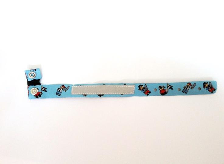 In das Kästchen (Reflektorband)des Armbandes kann man den Namen, Telefonnummer, ... des Kindes mit wasserfestem Stift eintragen.  So kann das Kind ...