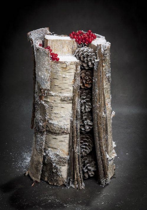 Классическим европейским украшением Рождества наряду с другими элементами праздничного декора издавна являются поленья, которые истинные умельцы способны смастерить из любых подручных материалов. Поленья бывают шоколадные, картонные, стеклянные, керамические, но чаще всего флористические. Последние можно создавать с помощью различных растительных материалов и цветов.