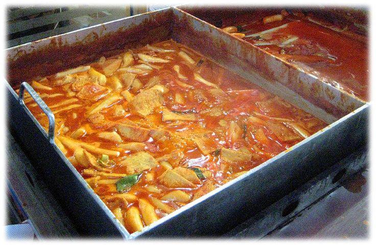 Alimentos de rua típicos coreanos. Tteobbokki é o bolo de arroz frito com molho picante (pimenta vermelha). O bolo de arroz tem um sabor rico e completo, alguns são suficientes para fazer você realmente satisfeito.  Texto e fotografia: http://lovely-seoul.jimdo.com