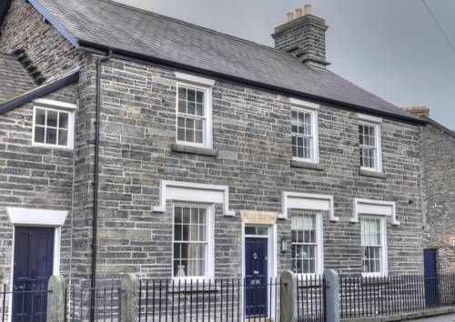 Corwen Old Police Station Corwen Corwen Old Police Station offers accommodation in Corwen, 40 km from Chester and 49 km from Llandudno. The unit is 26 km from Wrexham, and guests benefit from free WiFi and private parking available on site.