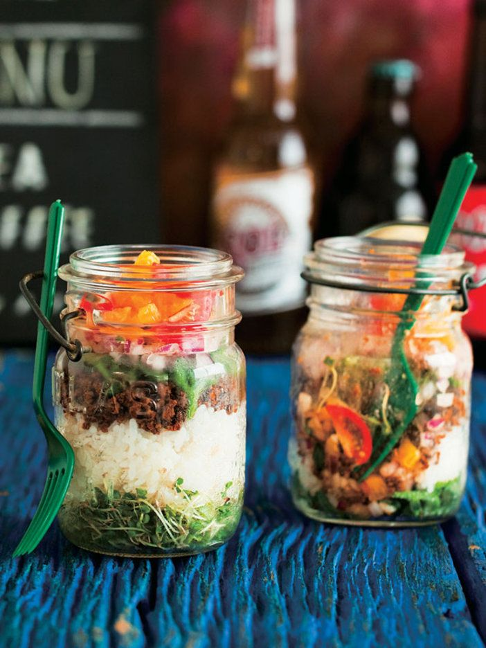 おしゃれな保存瓶で、タコライスをベリーヌ仕立てに。スパイシーな挽き肉のタコミートは、しょうゆを使うとさらにごはんに合う。サクサクとした食感で塩味のする野菜のアイスプラント、フレッシュなオレンジも具に使ってカラフルな色と味に。|『ELLE gourmet(エル・グルメ)』はおしゃれで簡単なレシピが満載!