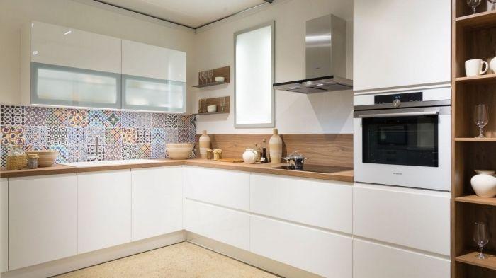 1001 Modeles Fascinants Du Duo Cuisine Blanche Plan De Travail Bois Meuble Haut Cuisine Cuisine Blanche Credence Cuisine Blanche