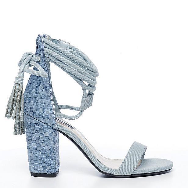Denim sandaal van Sacha. Tip: lak je teennagels in een zomerse kleur!
