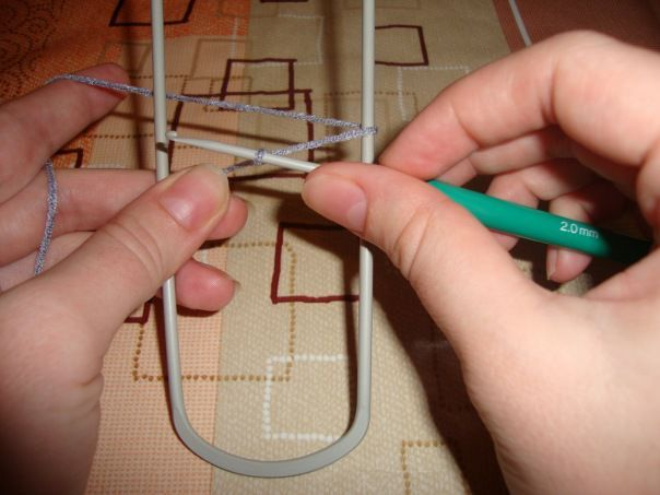 Вязание на вилке — незаслуженно забытый вид рукоделия. Это простая техника таит в себе массу неиспользованных возможностей, открывая простор творческой фантазии. Основными инструментами являются сам крючок и специальная вилка для ажурного вязания или (для более узкого кружева) простая шпилька для волос. Несмотря на то, что этот вид рукоделия несложен, он требует определенных навыков и умений.