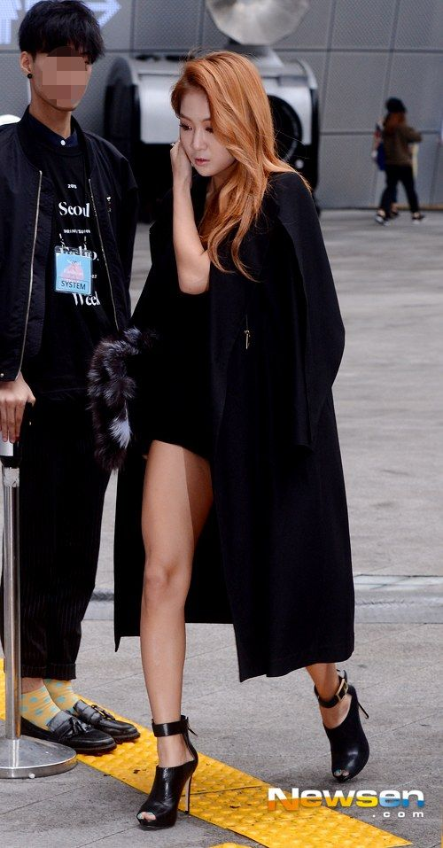 [PHOTOS] 141020 SISTAR's Soyou and Hyorin attend 'J APOSTROPHE's fashion show during 'Seoul Fashion Week' - Kpop World