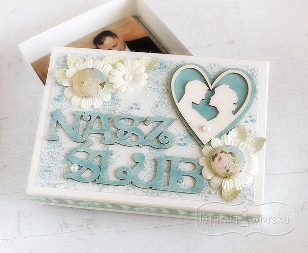 Pudełko Latarnia Morska na zdjęcia ślubne, ozdobione tekturkami, kwiatkami, plakietkami producenta.