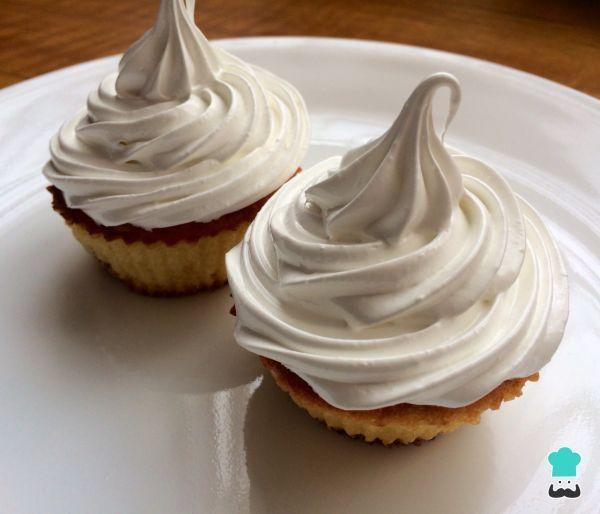 Aprende a preparar merengue suizo con esta rica y fácil receta. El merengue suizo es un tipo de crema batida caracterizada por realizarse al baño María. Aunque a...